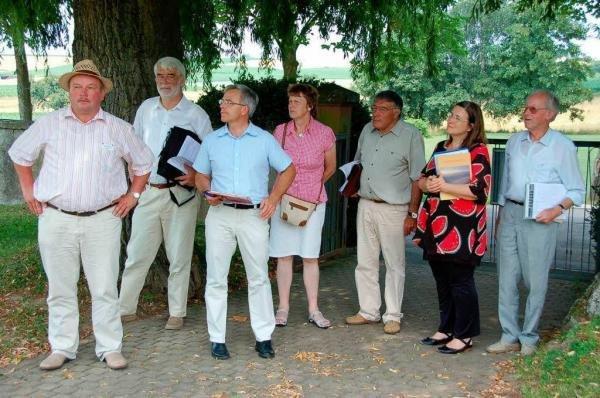 Die Kommission des Regierungspräsidiums begutachtet die Grüngestaltung am Friedhof