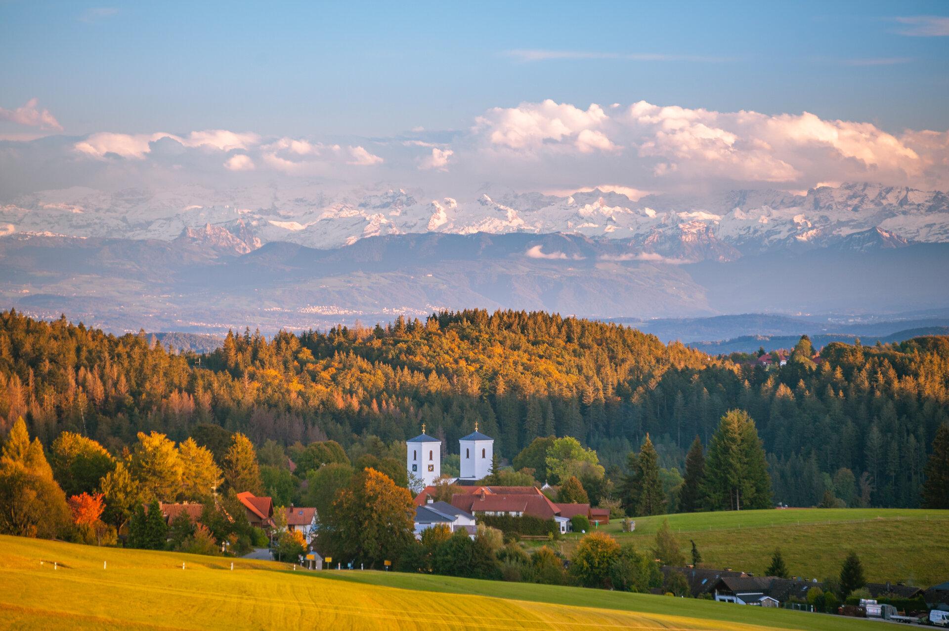 Kirche mit Alpensicht