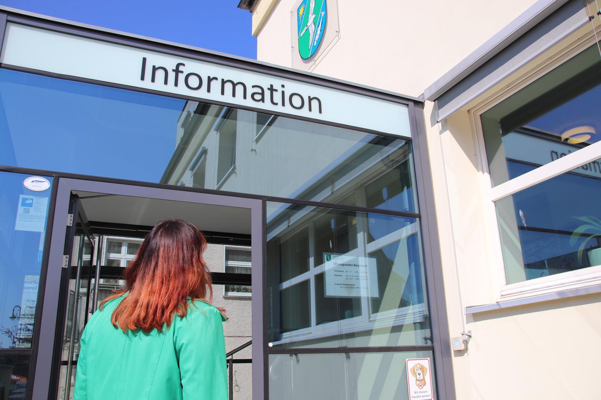 Das Bild zeigt den Haupteingang des Falkenseer Bürgeramtes in der Poststraße.