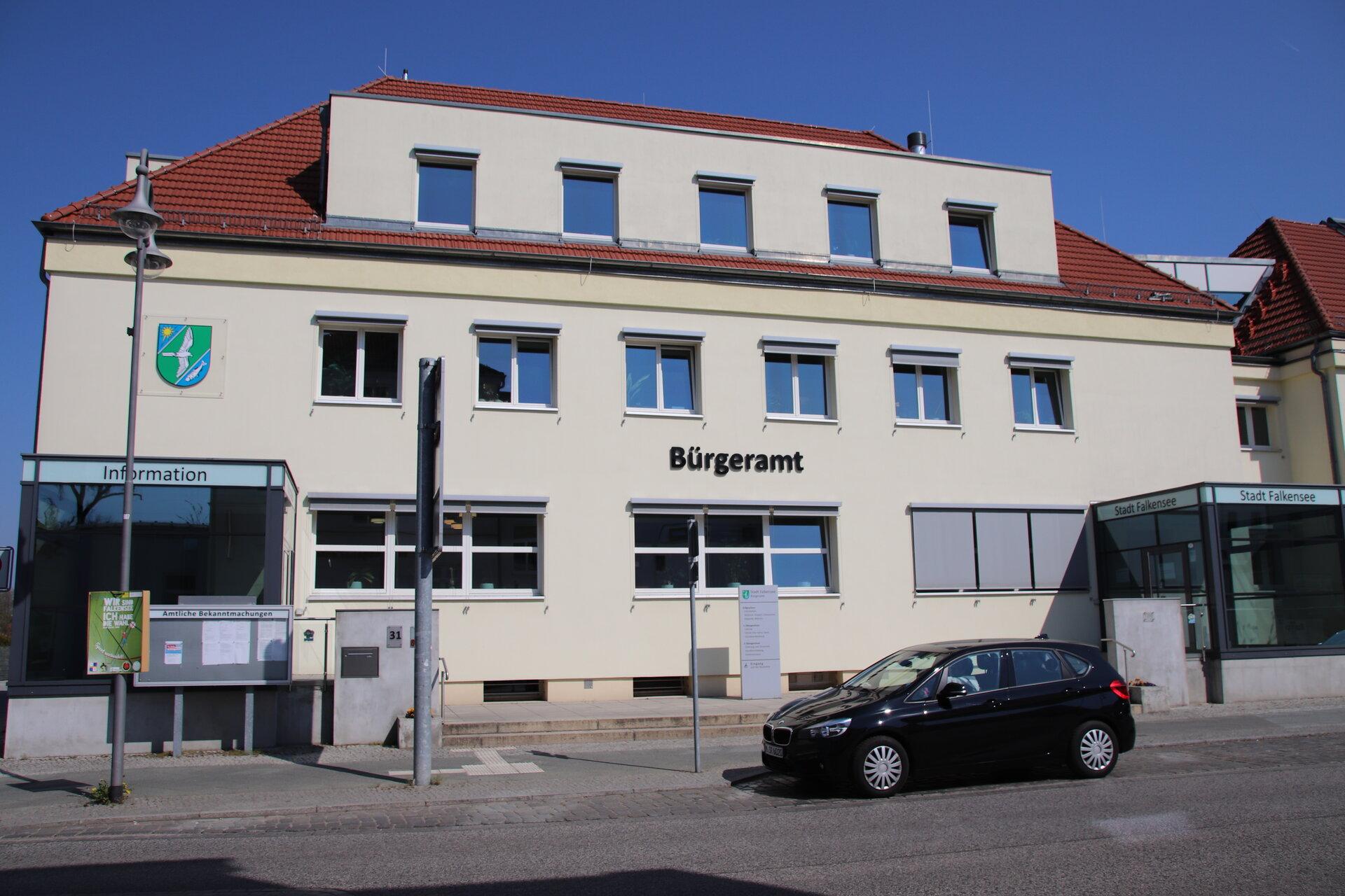 Das Bild zeigt das Falkenseer Bürgeramt in der Poststraße.