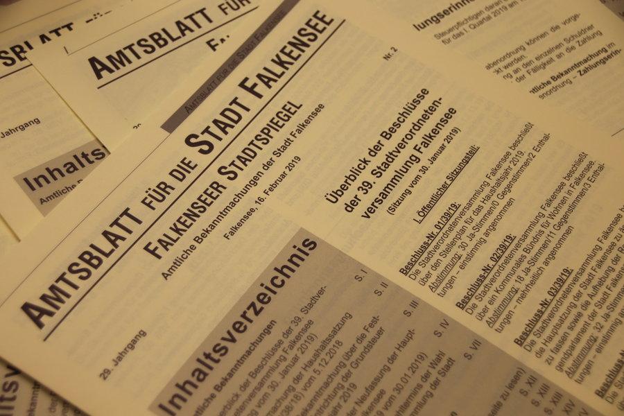 Das Bild zeigt das Amtsblatt der Stadt Falkensee, das monatlich am dritten Samstag erscheint.