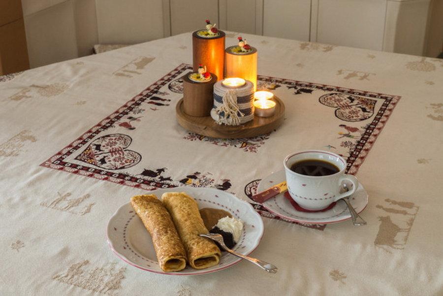 """Spezialität der """"Plinsdörfer"""" sind die Buchweizenplinse. Natürlich serviert mit einer Tasse Bohnenkaffee. Foto: Uwe Kaiser"""
