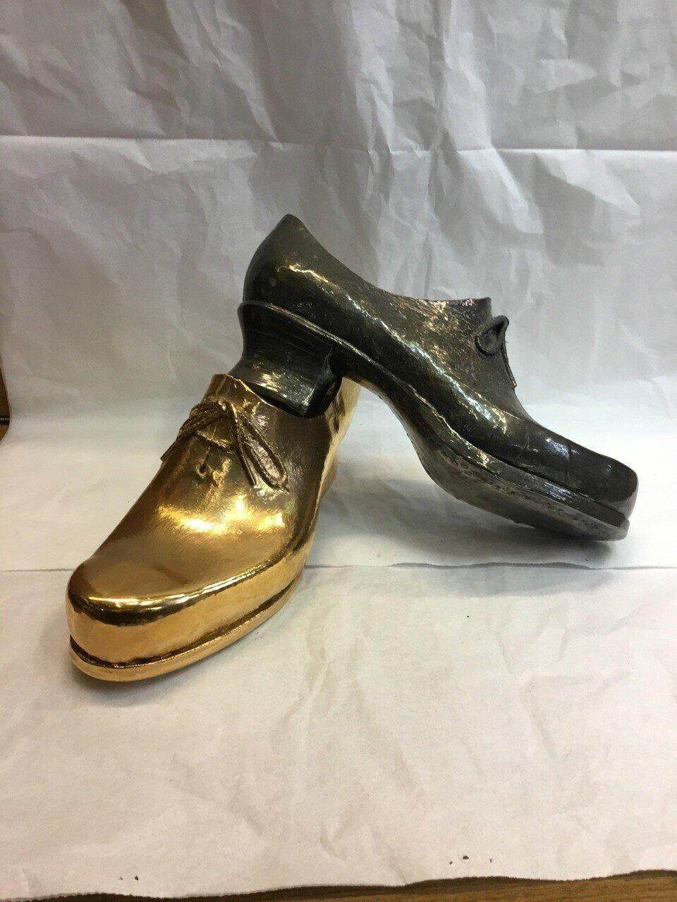 Schuhe aus Gold und Silber