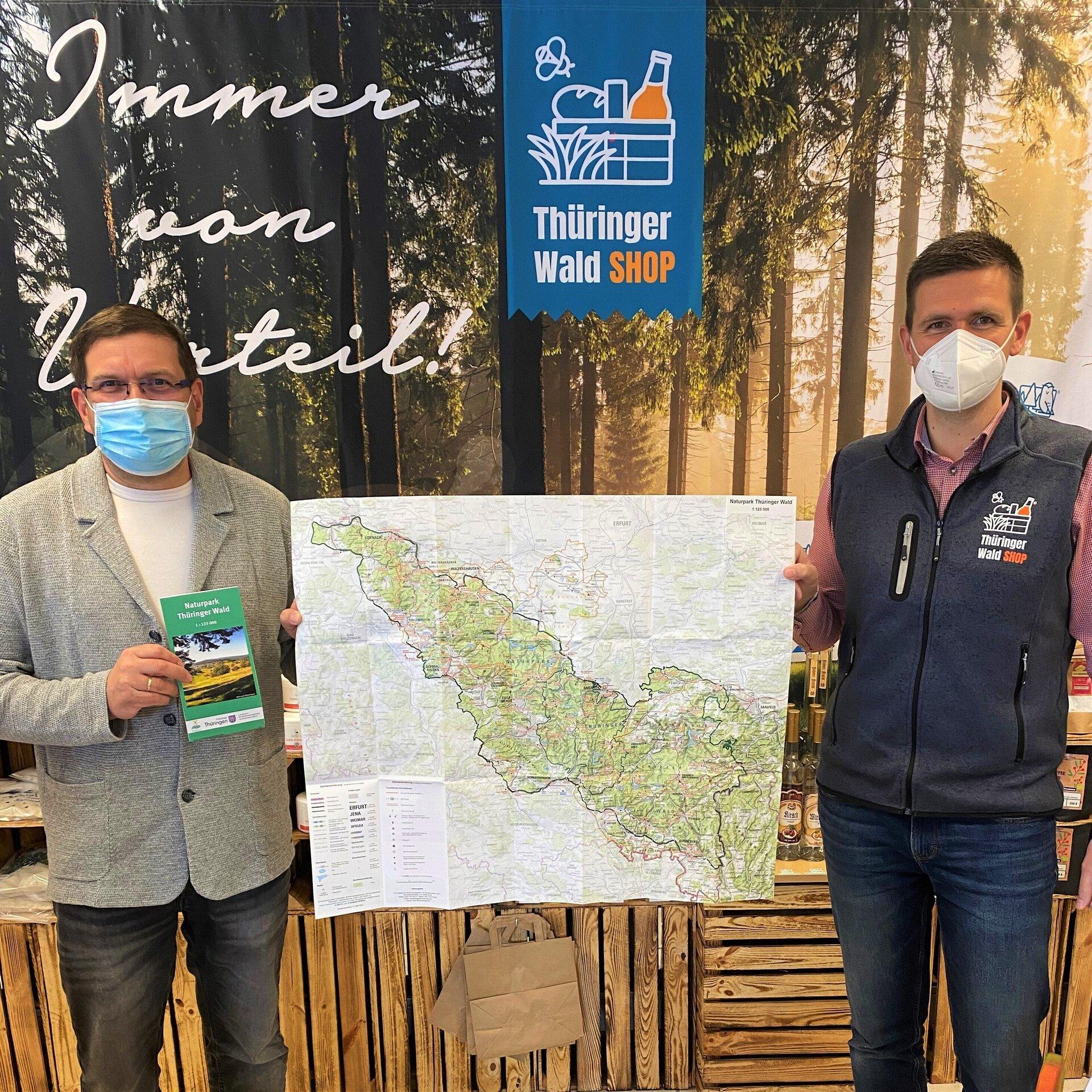 Bürgermeister Uwe Scheler und Geschäftsführer Jörg Seifert mit der neuen Naturpark-Übersichtskarte