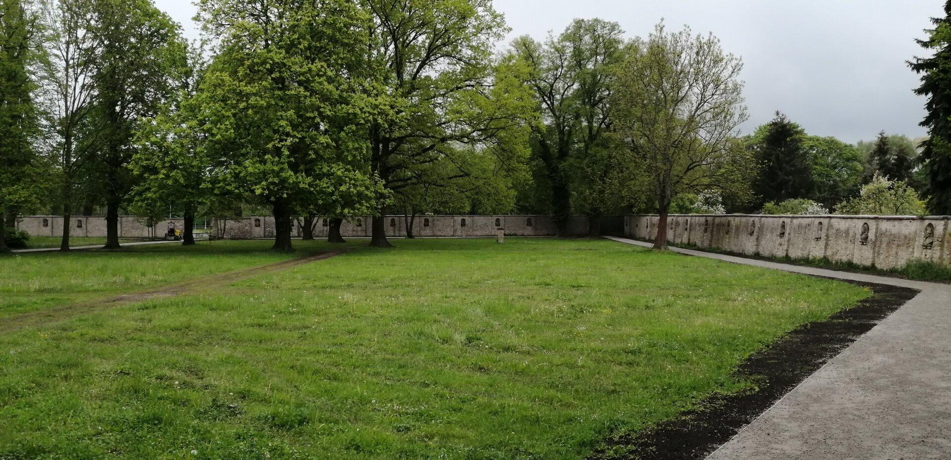 Blick vom Gärtnerhaus in den Park