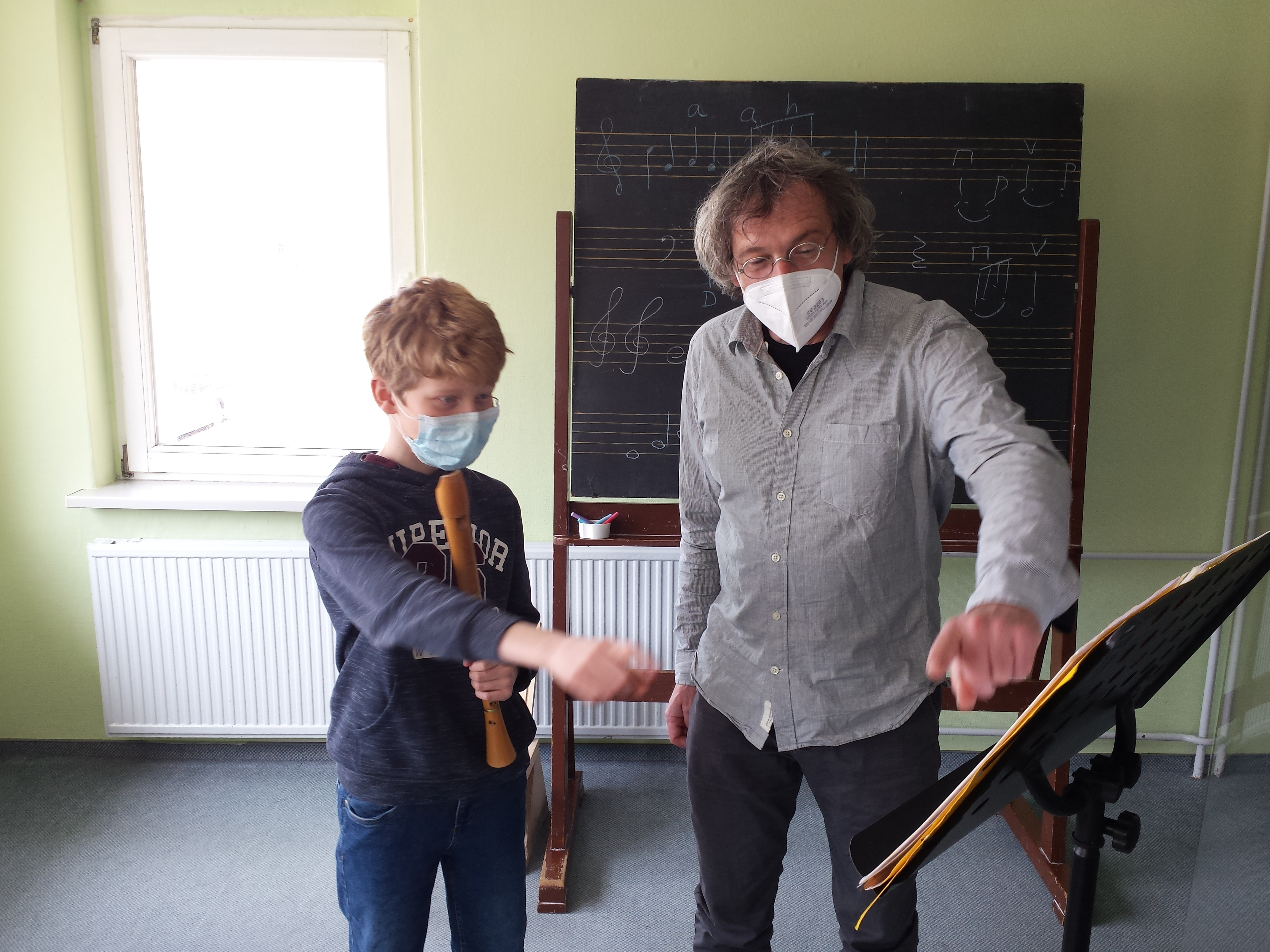 Philipp Stein erhält Hinweise von Prof. Martin Ripper. Foto: Volker Schubert