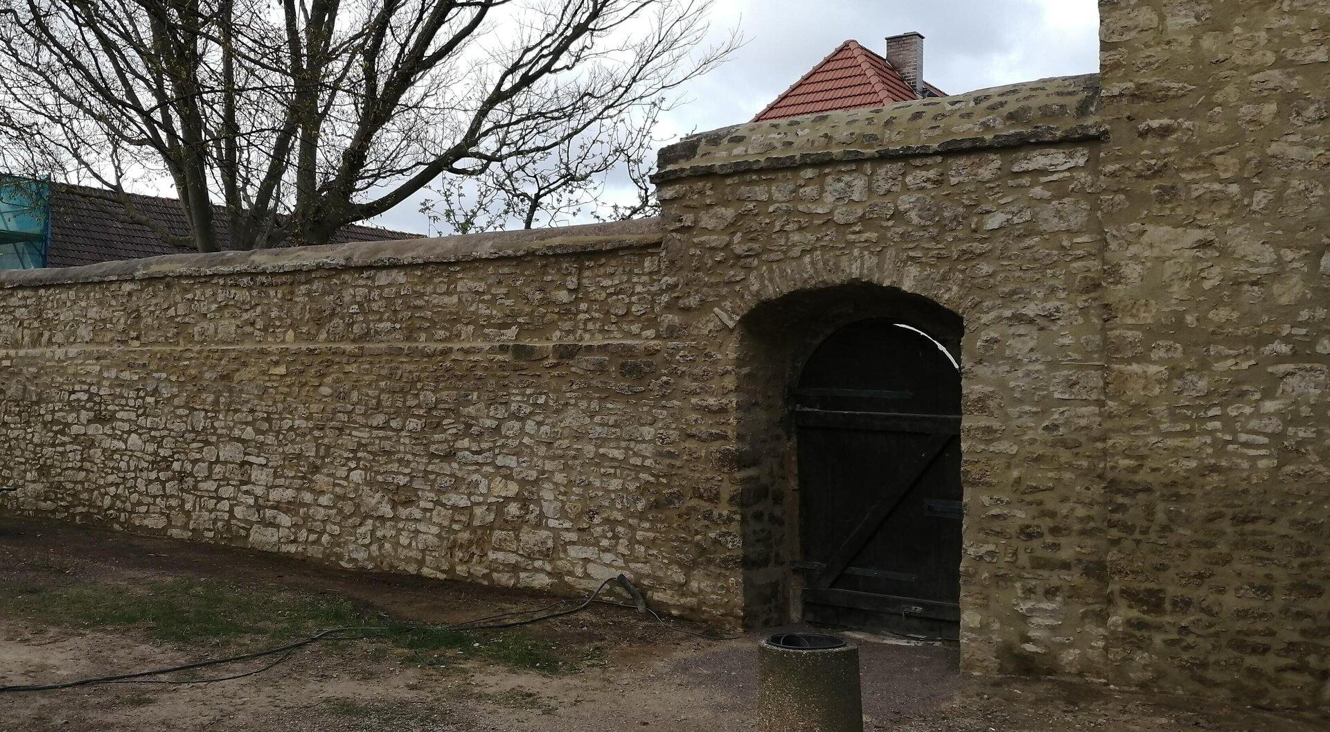 restaurierter Mauerteil zwischen Gärtnerhaus und Haupttor