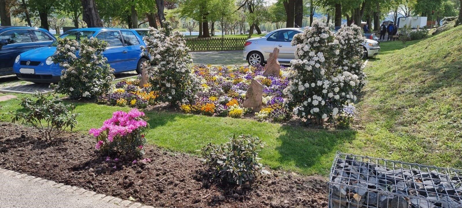 Blumenbeete im Hafenpark