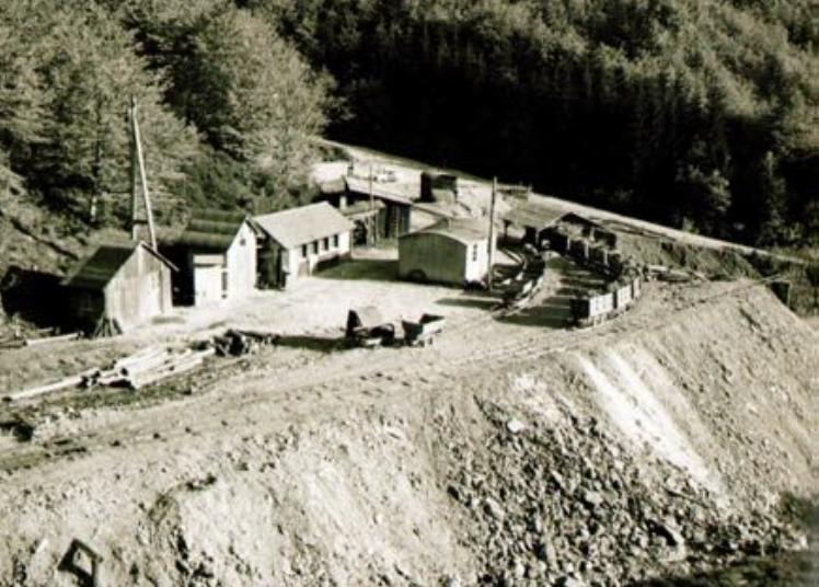 Grubenvorplatz mit Büros, Werkstätten und der Halde vor dem Finstergrund Stollen 5, heute Besucherparkplatz. Archiv Finstergrund
