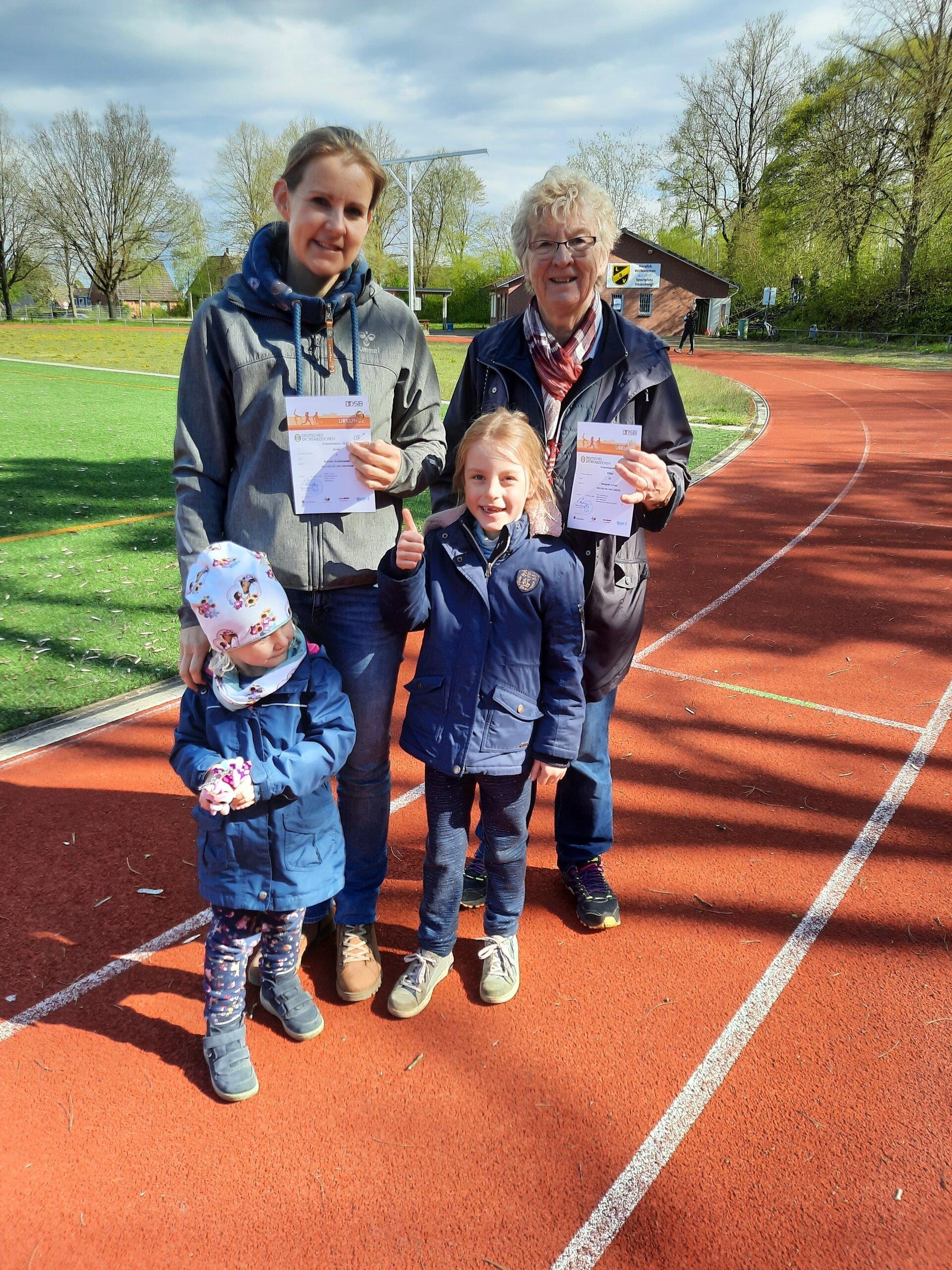 Oma Margret Lucas mit Tochter Maren und Kindern