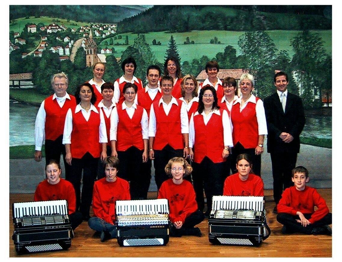 Bild: Orchester mit Jugend und Dirigent Florian Gaag (2002)
