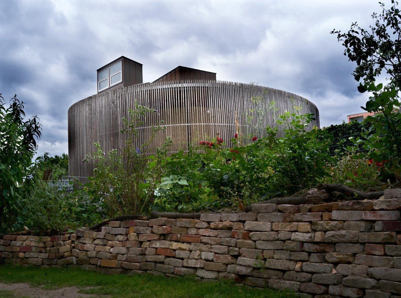 Die Kapelle vom Garten her. Foto: Thomas Hirsch-Hüffell