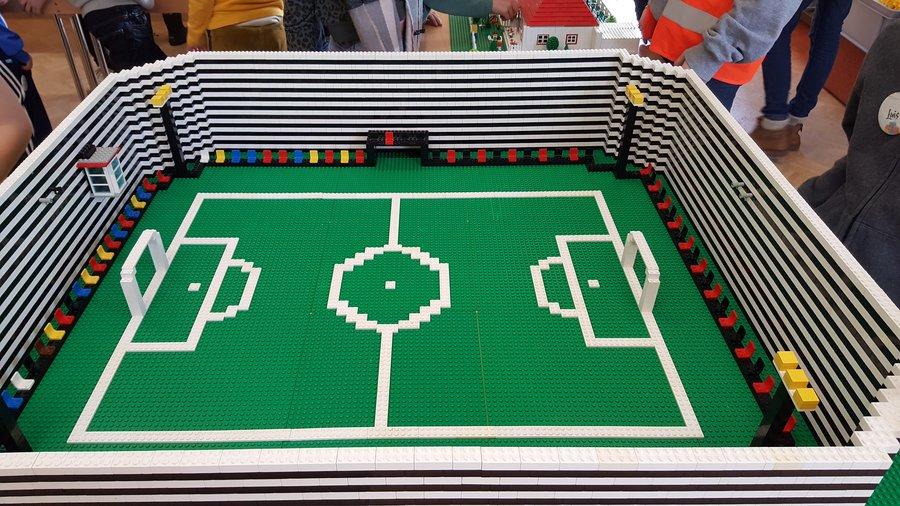 Nachgebaut aus Lego: ein Fußballstadion.
