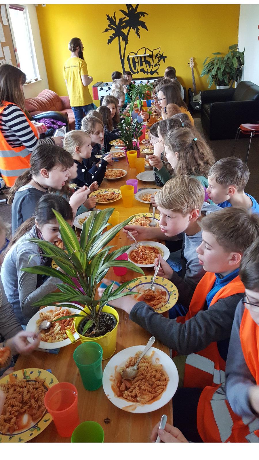 Mittagspause am Lego-Tag: Kinder essen in der OASE.