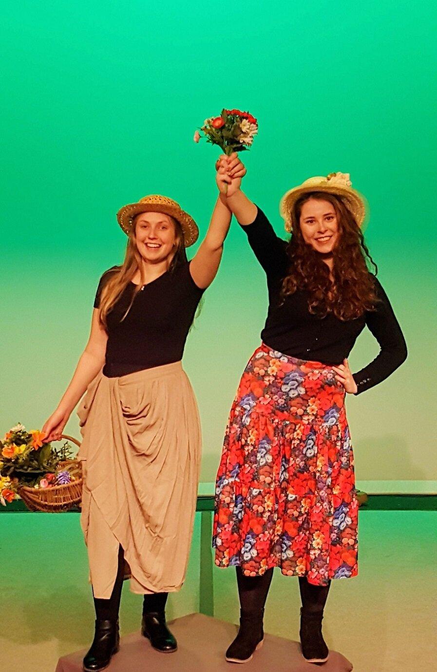 Zwei Blumenmädchen auf dem Weg zum 20. Sommertheater auf dem Salzberg Zielitz