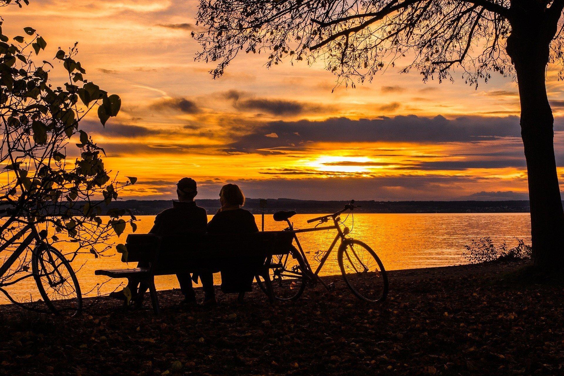 Radtour mit Sonnenuntergang am See