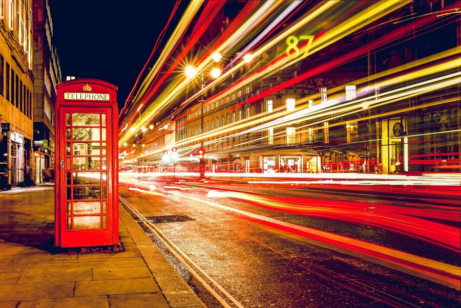 Bild zeigt eine typische rote Telefonzelle Englands; Foto: Pixabay
