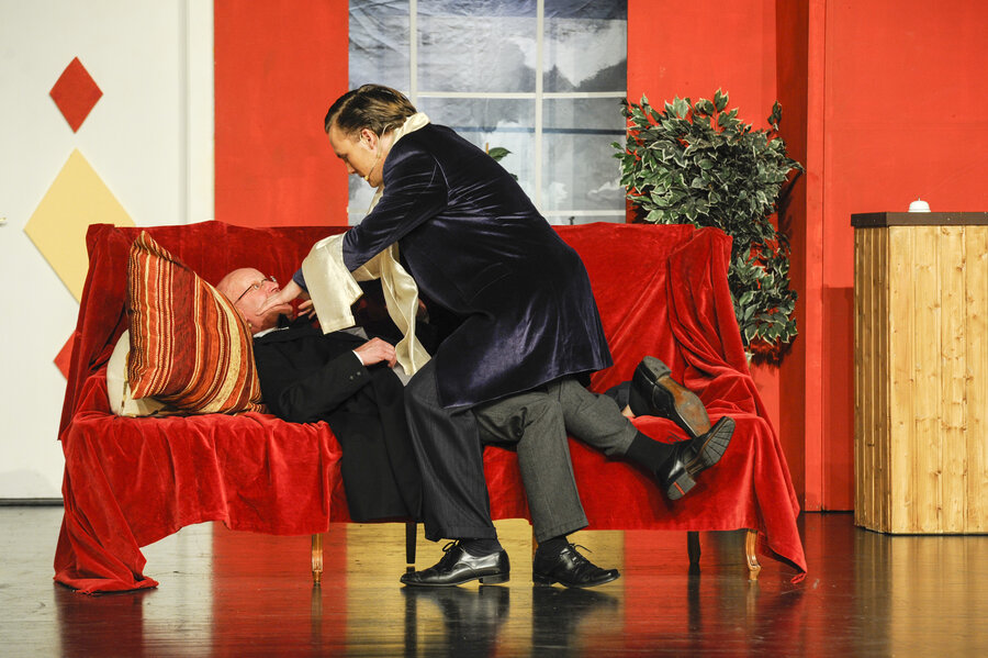 Nur gespielt: Balthasar würgt Ludwig
