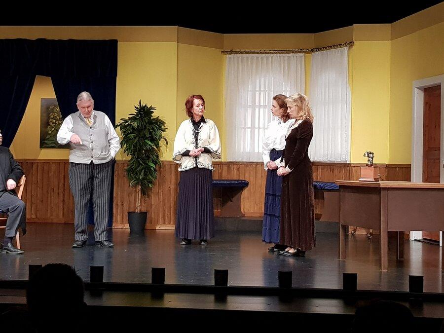 Szene mit (von links) Ludwig Klinke, seiner Frau Emma, Wally und Paula