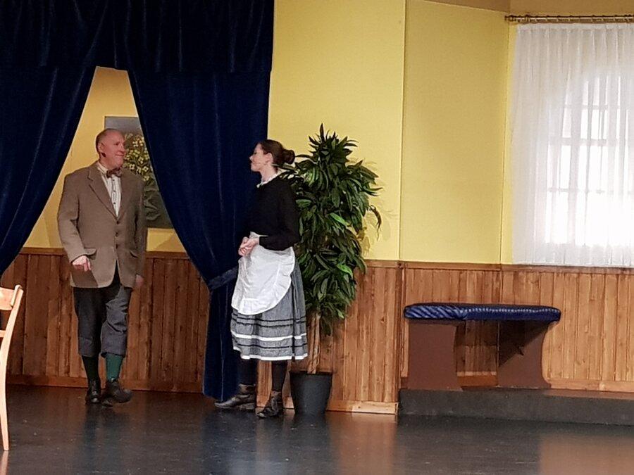 Marie lässt Heinrich herein