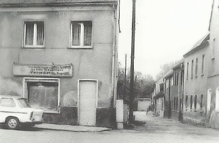 """Ladengeschäft der PGH """"Vorwärts"""" Pegau in der Kreuzgasse"""