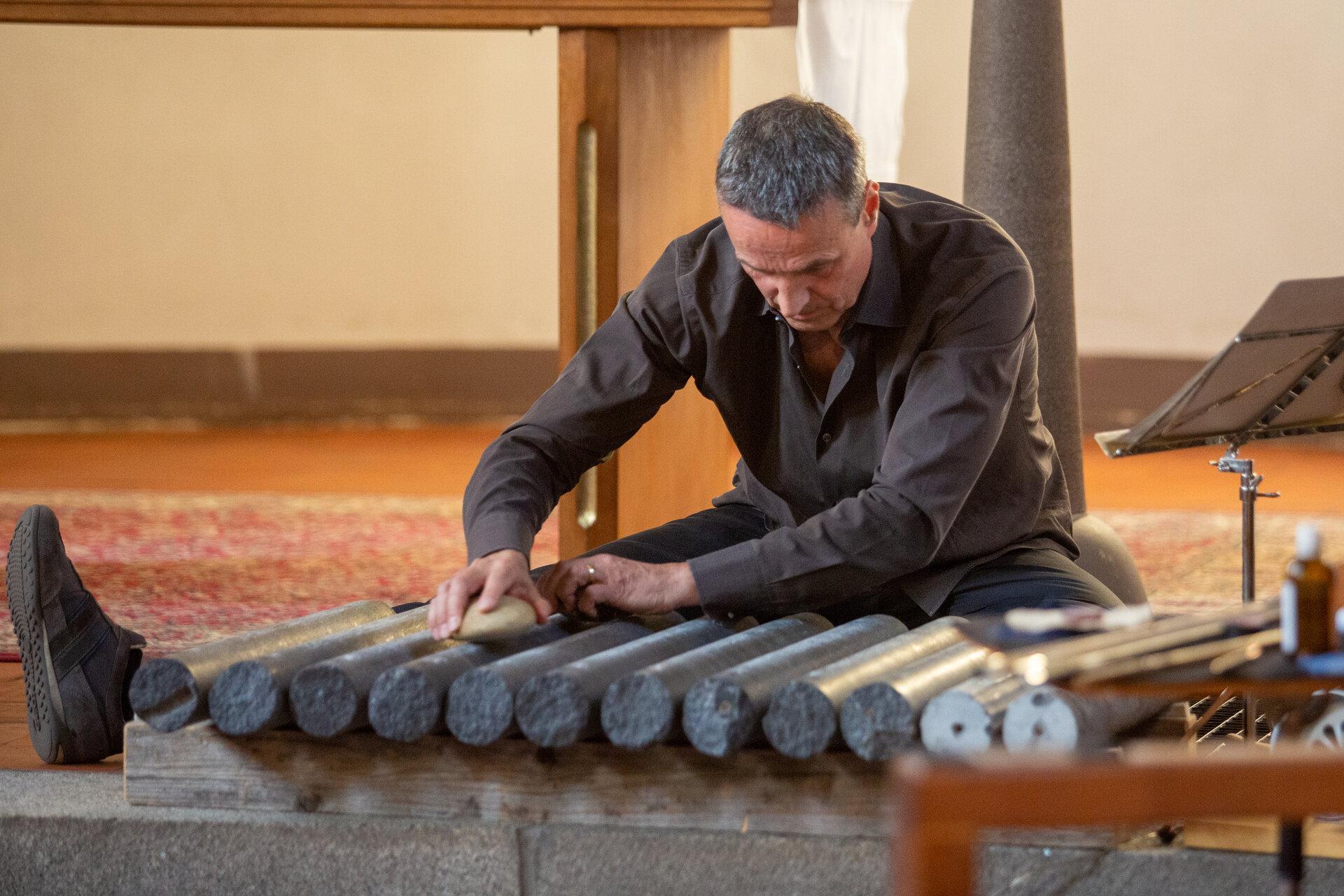 9_Solokonzert Volker Staub in seiner Klanginstallation Witterungsinstrumente © Gisela Nauck
