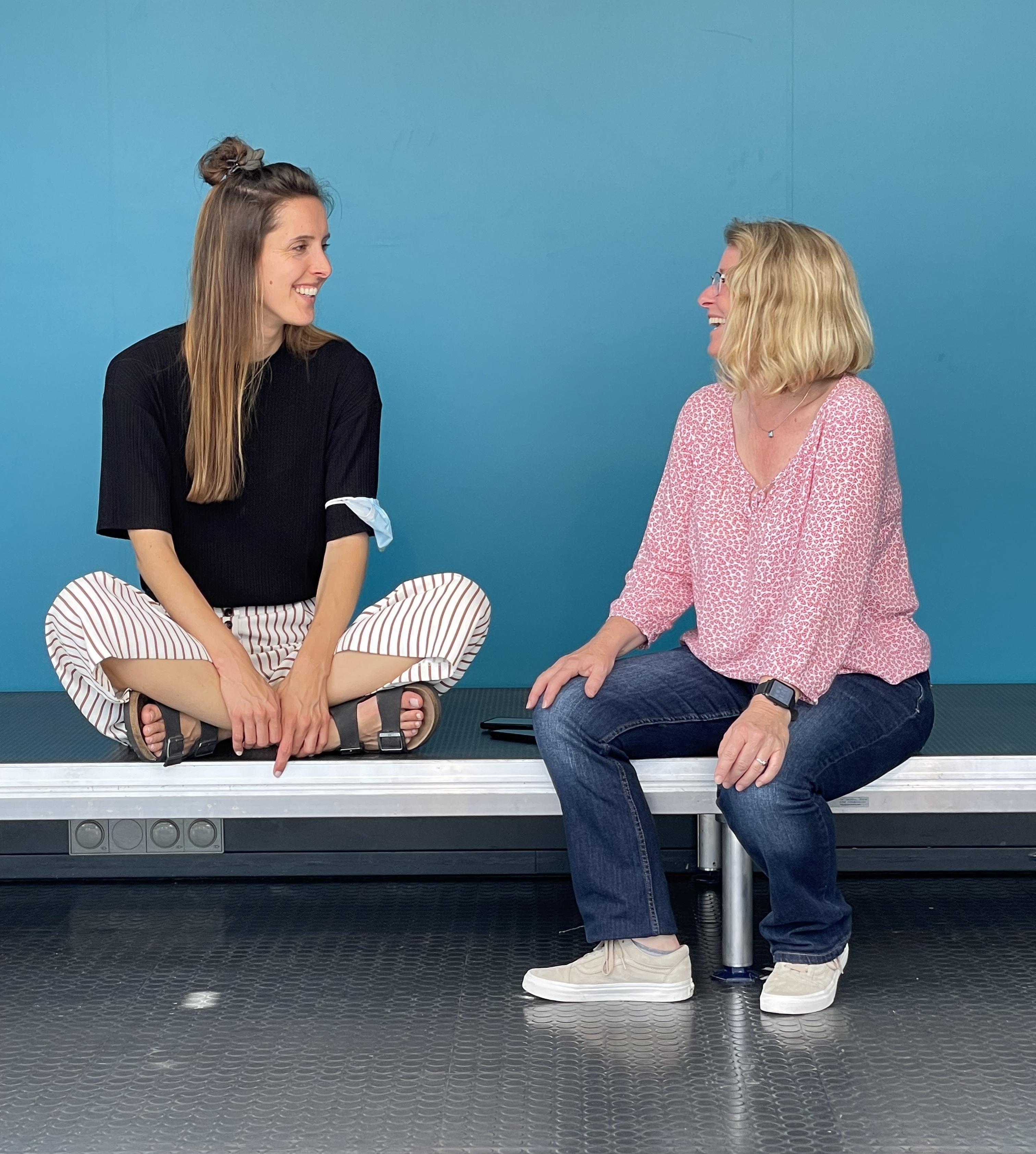 Vor dem Ansturm – die Tour-Managerin Lisa Meier (links) und Christel Stolle testen die Bühne