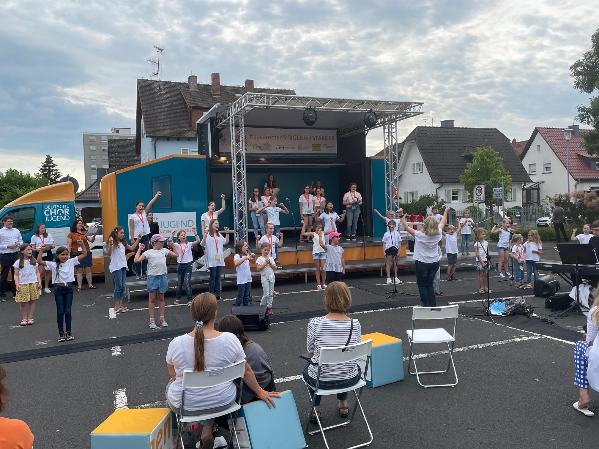 Kinder- und Jugendchor singen zusammen
