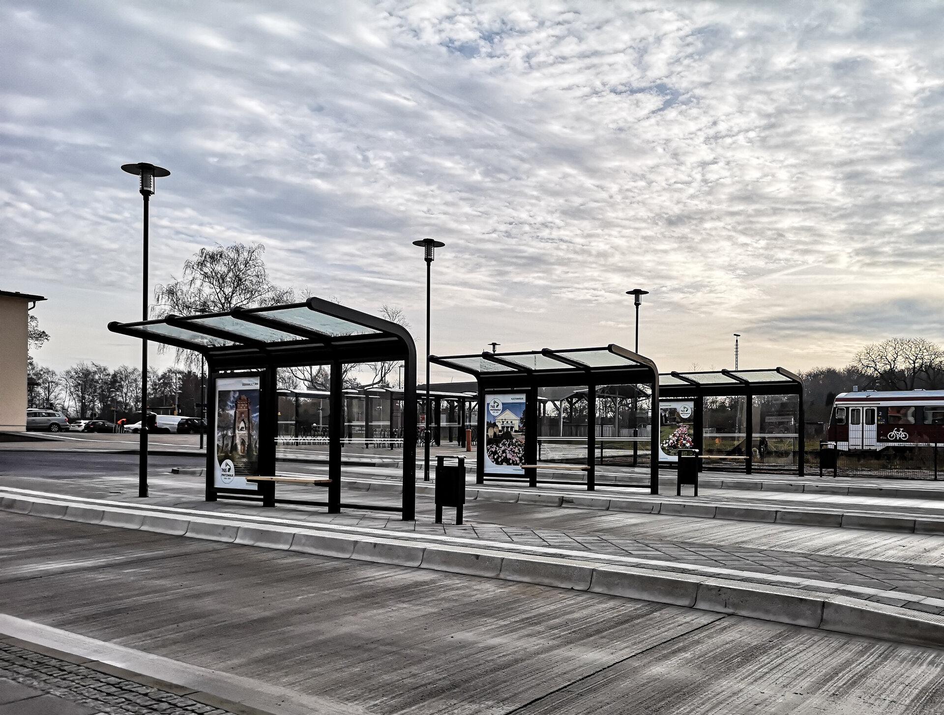 Im Dezember 2020 wurde am Bahnhof der neu gestaltete Busbahnhof eröffnet. Foto: Beate Vogel