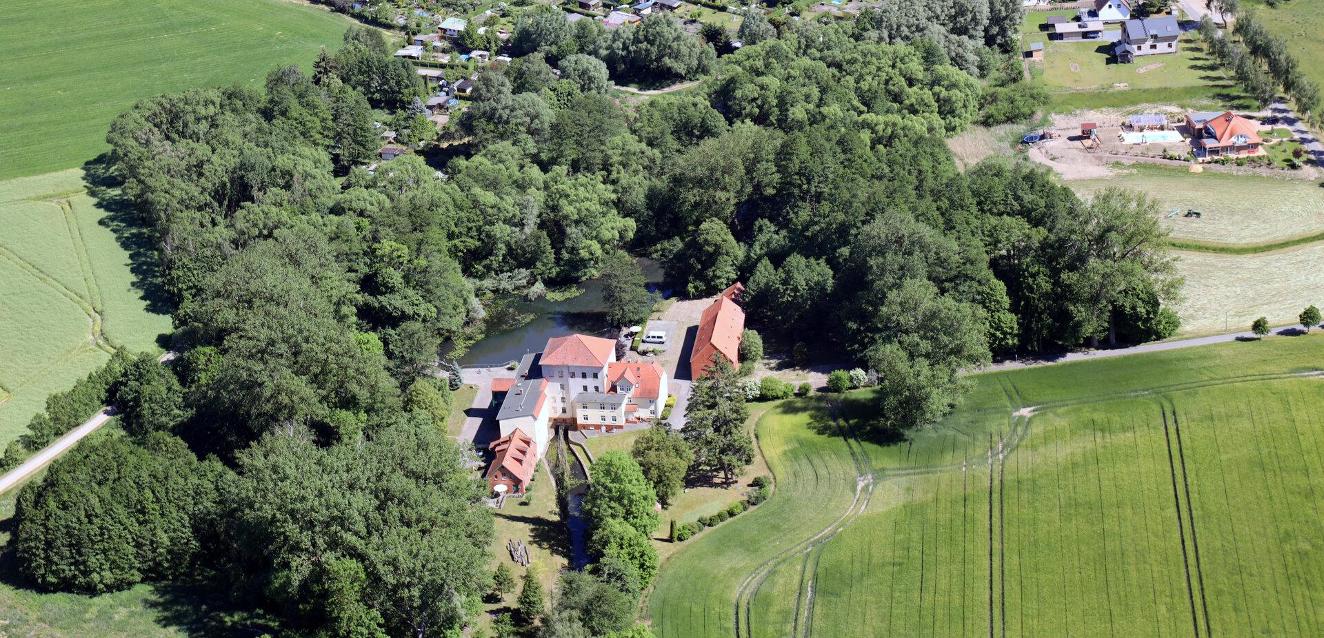 Luftbild der Kathfelder Mühle, die heute ein beliebtes Ausflugsziel nicht nur bei Pritzwalkern ist. Foto: Lars Schladitz