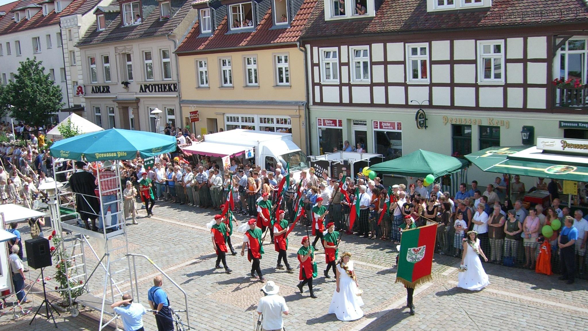 Prächtige Kostüme, Festwagen, Sonnenschein und viele Menschen prägten 2006 die Festtage zu 750 Jahre Stadtrecht in Pritzwalk. Foto: Fred Pogalski