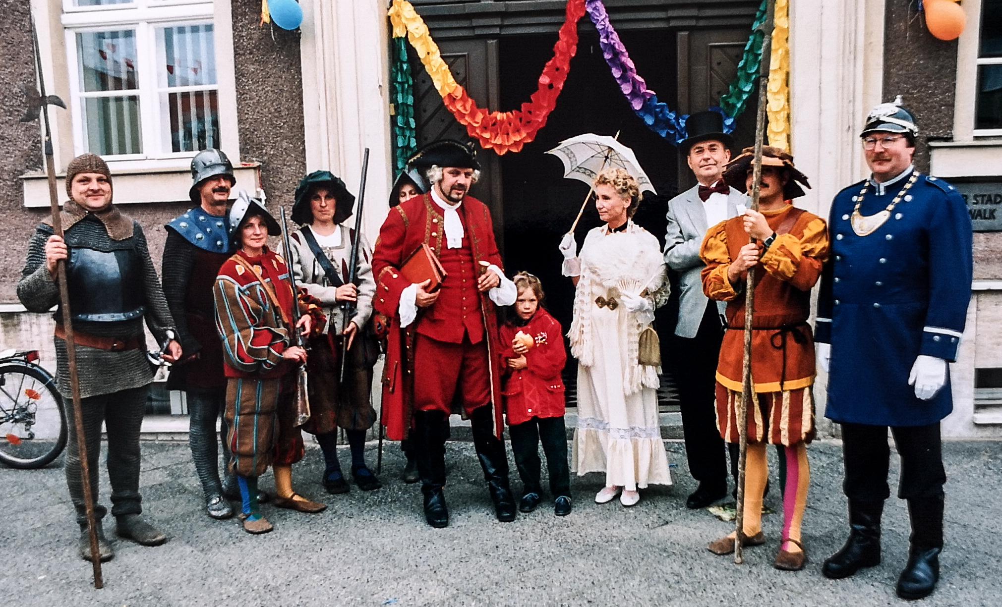"""Kostümiert haben sich die Pritzwalkerinnen und Pritzwalker auch bei """"normalen"""" Stadtfesten sehr gern – allen voran die Mitarbeiterinnen und Mitarbeiter der Stadtverwaltung, wie diese Aufnahmen von 1995 (l.) und 1996 (r.) zeigen."""