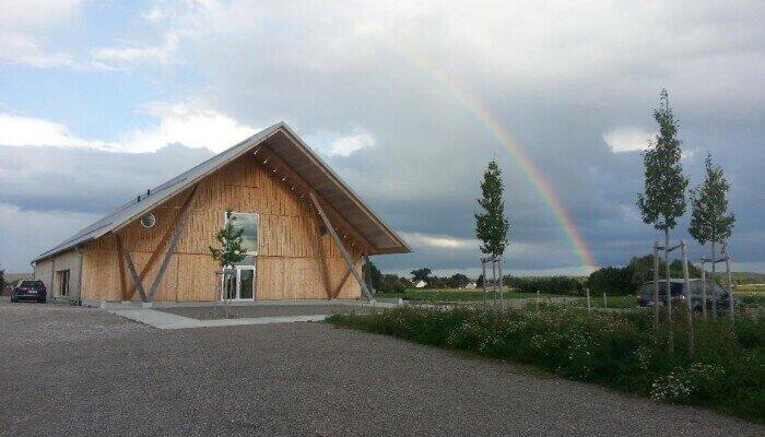 Stadl mit Regenbogen