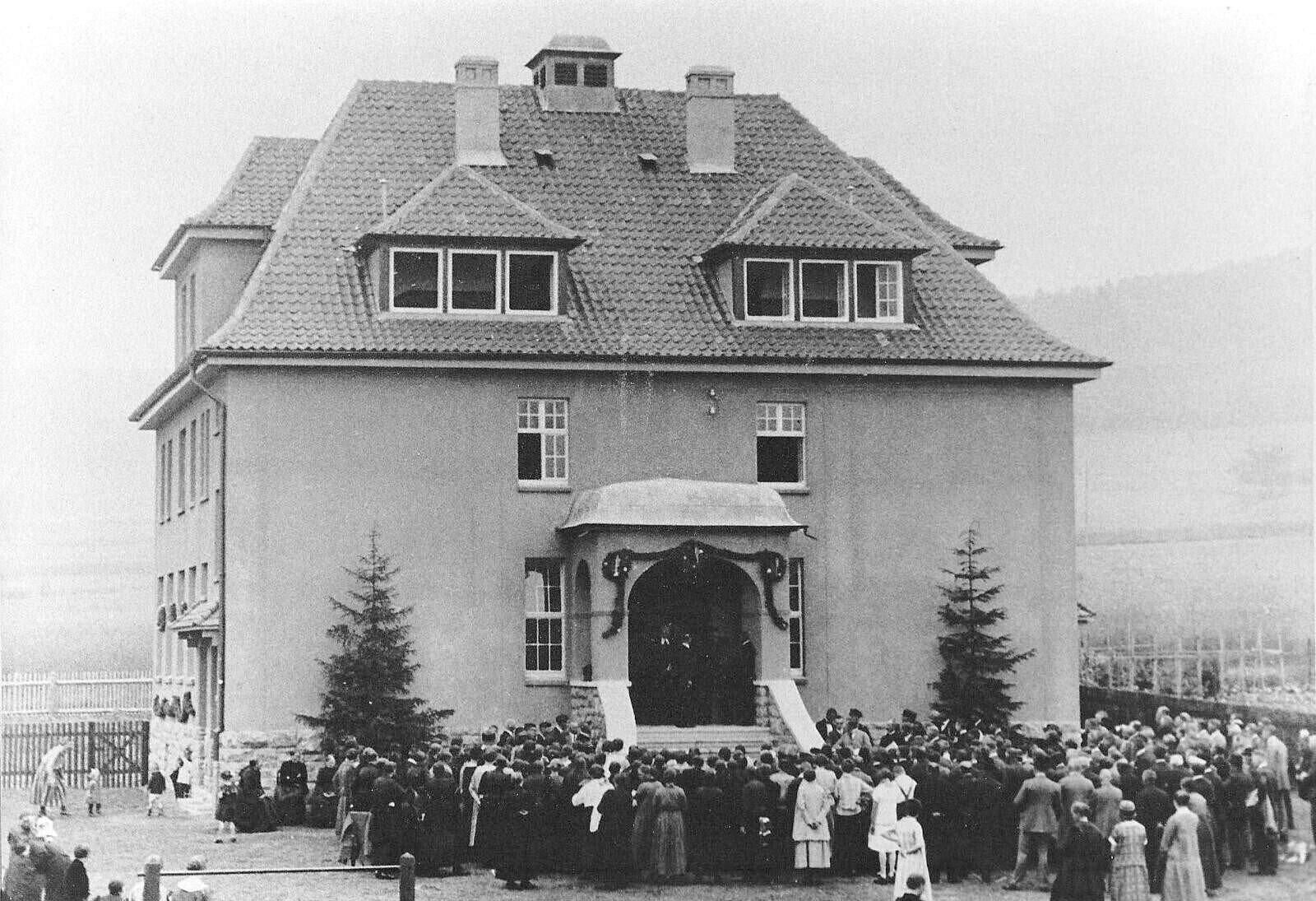 Einweihung der Dorfschule um 1925