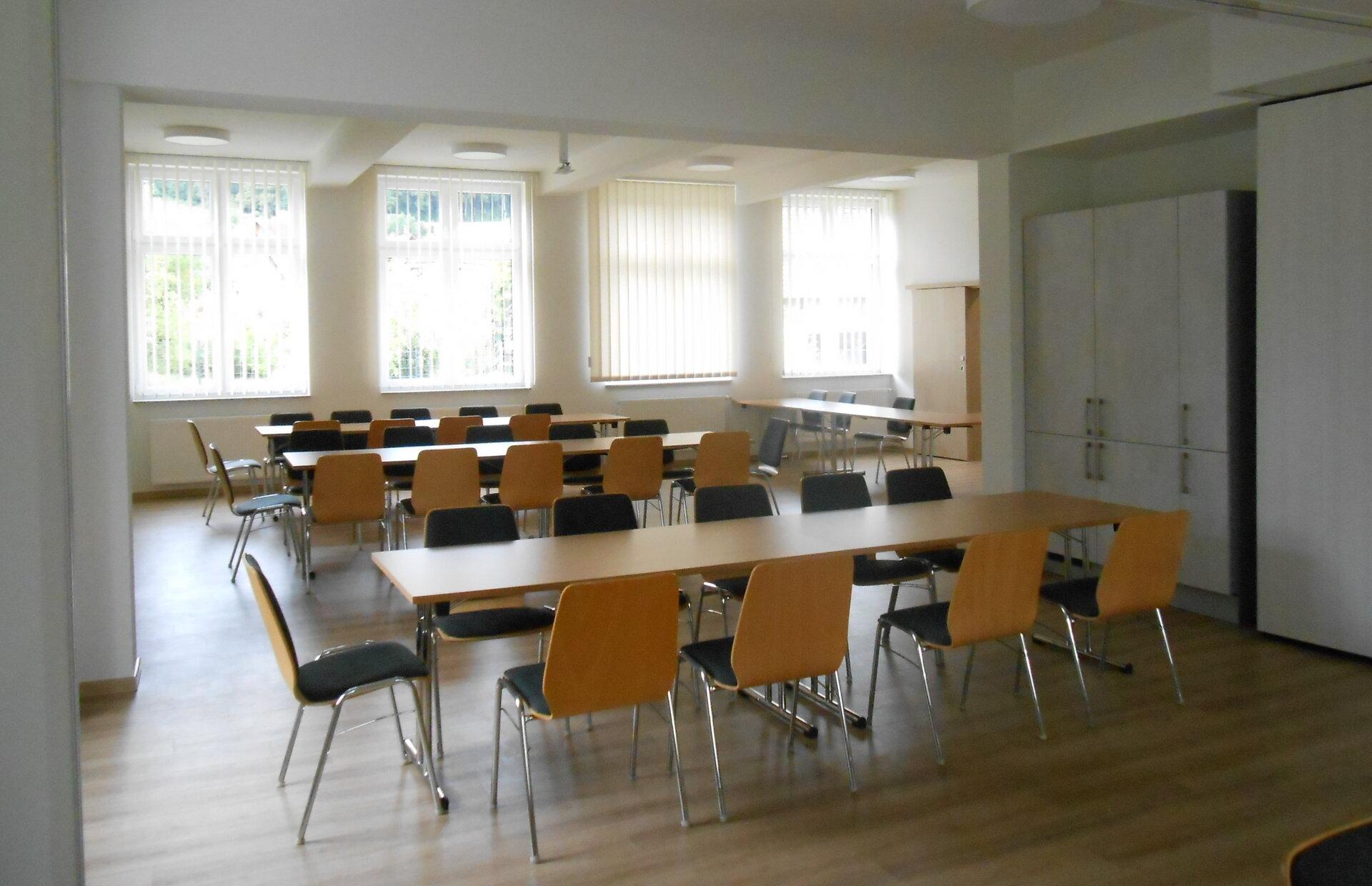 Die Räume verfügen über ausreichend Tische und Stühle