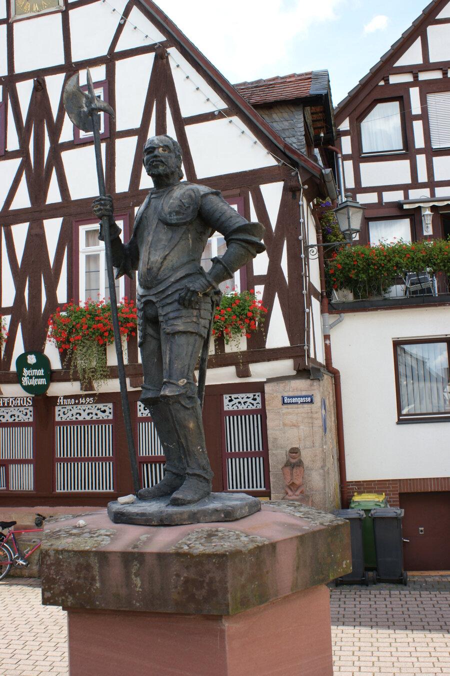 Der Wächter am Bach am Brunnen in der Altstadt