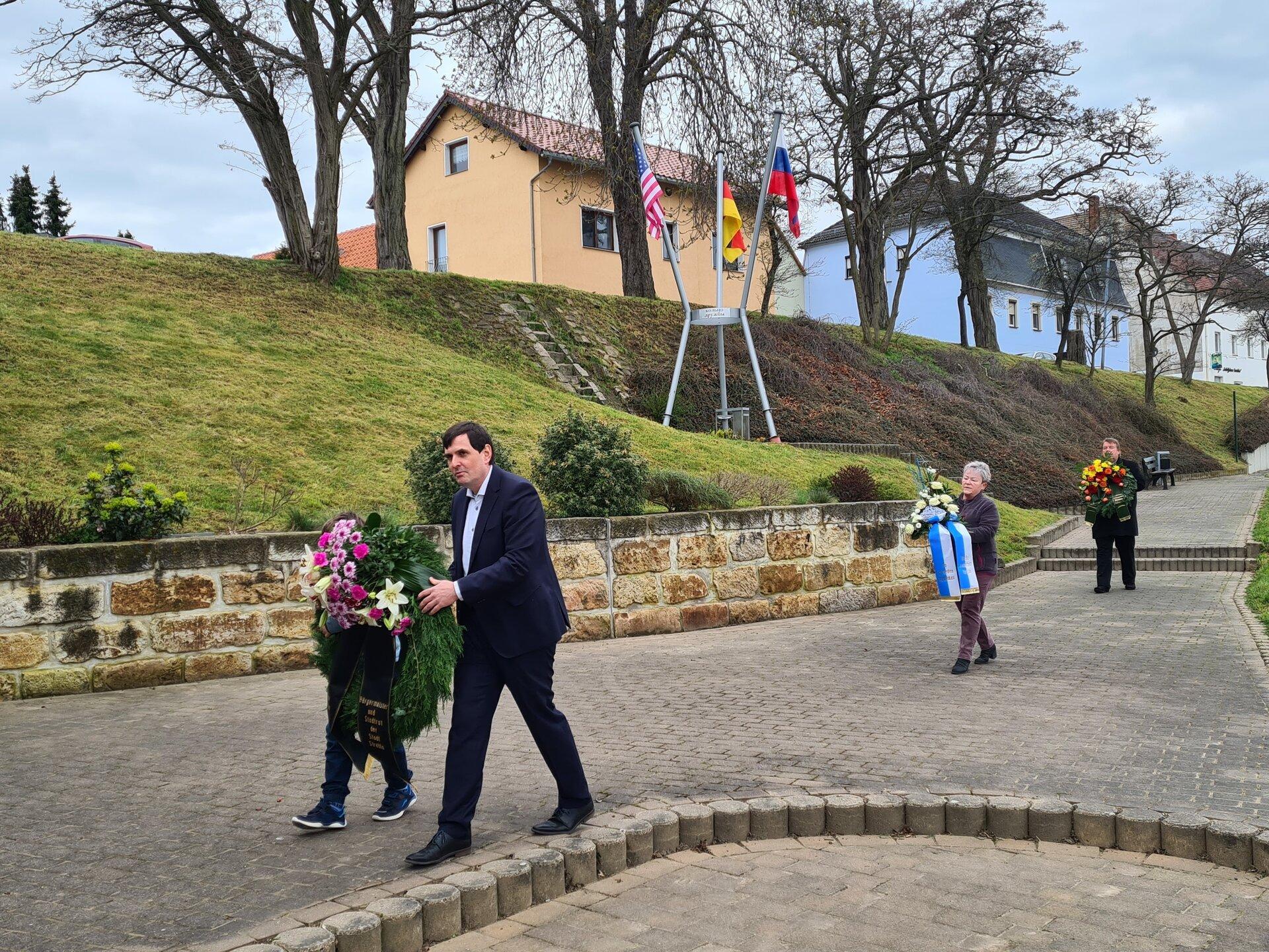 Bürgermeister Herr Jeromin bei der Kranzniederlegung