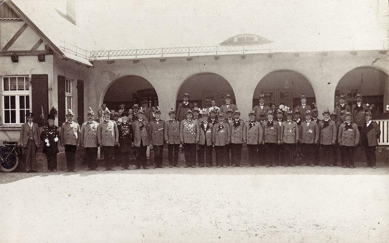 Gruppenbild vor dem ehemaligen Schützenhaus