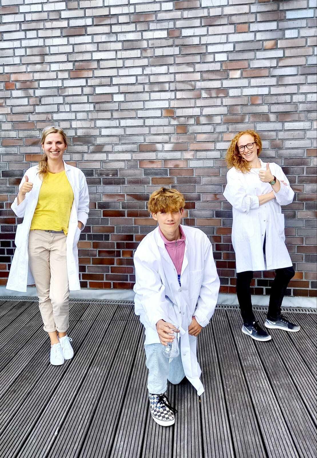 Foto v.l.n.r.: Frau Grundmann, Kjell Ehring (10f), Frau Becker