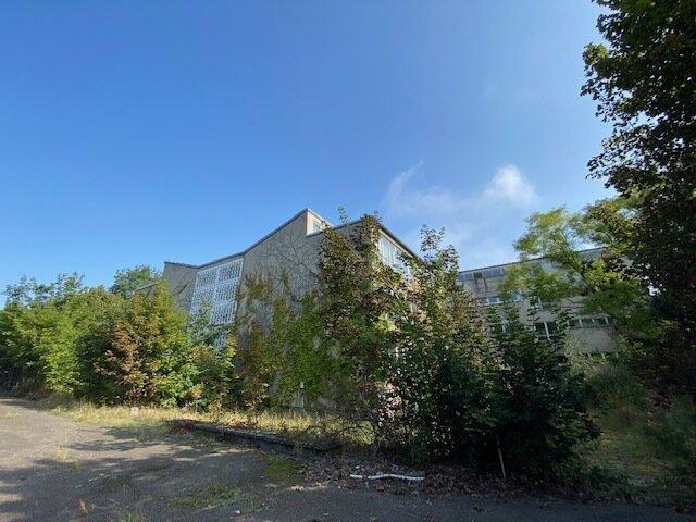 Grundstück mit Schulgebäude