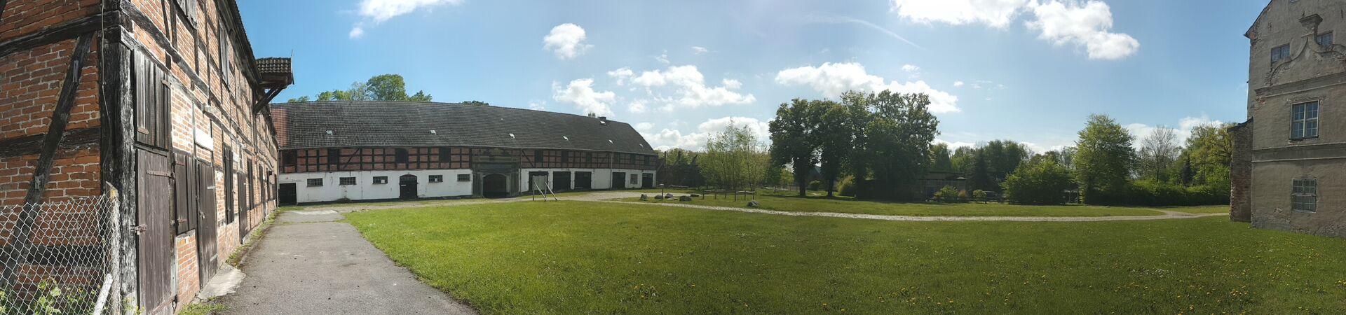 Blick auf Einfahrtstor im Innenhof von Schloss Ludwigsburg