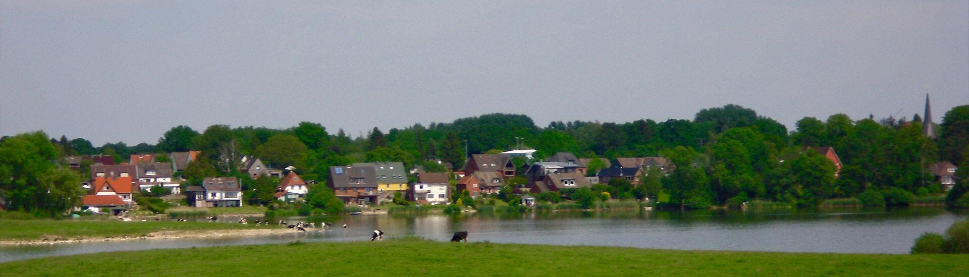 Blick auf die Dorflage am Bothkamper See