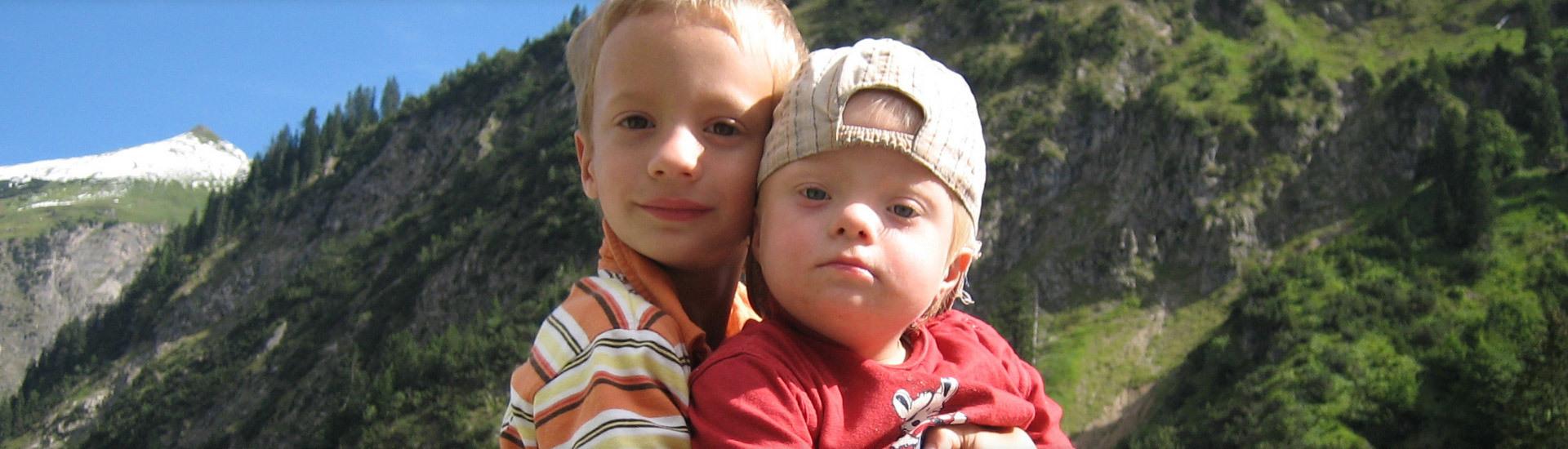 Geschwister in den Bergen
