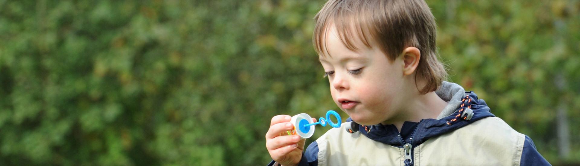Kleiner Junge mit Seifenblasen
