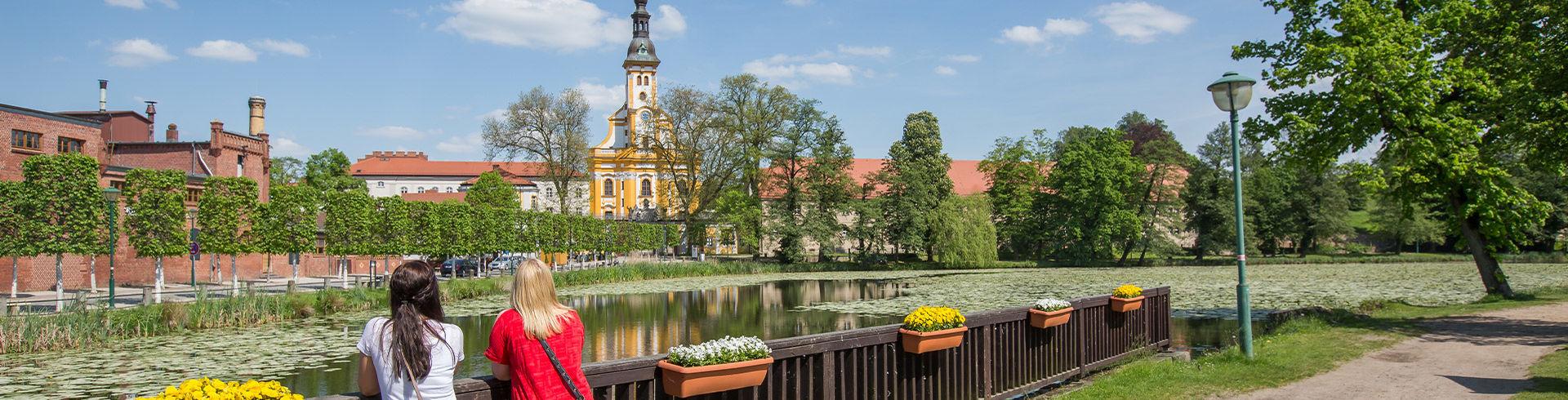 Blick über den Klosterteich auf das Kloster Neuzelle// Foto: Seenland Oder-Spree/ Florian Läufer