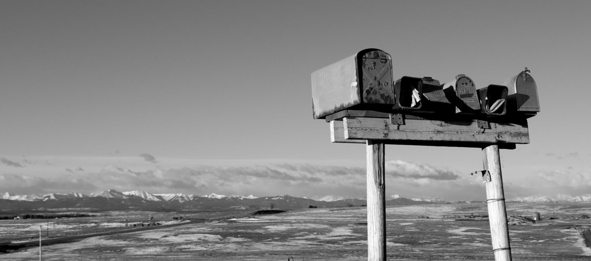 Briefkästen vor Landschaft