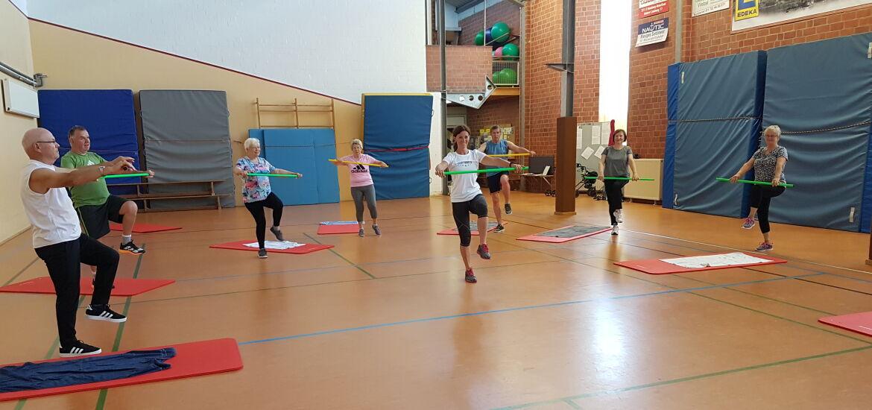 REHA-Sport mit Gymnastikstab