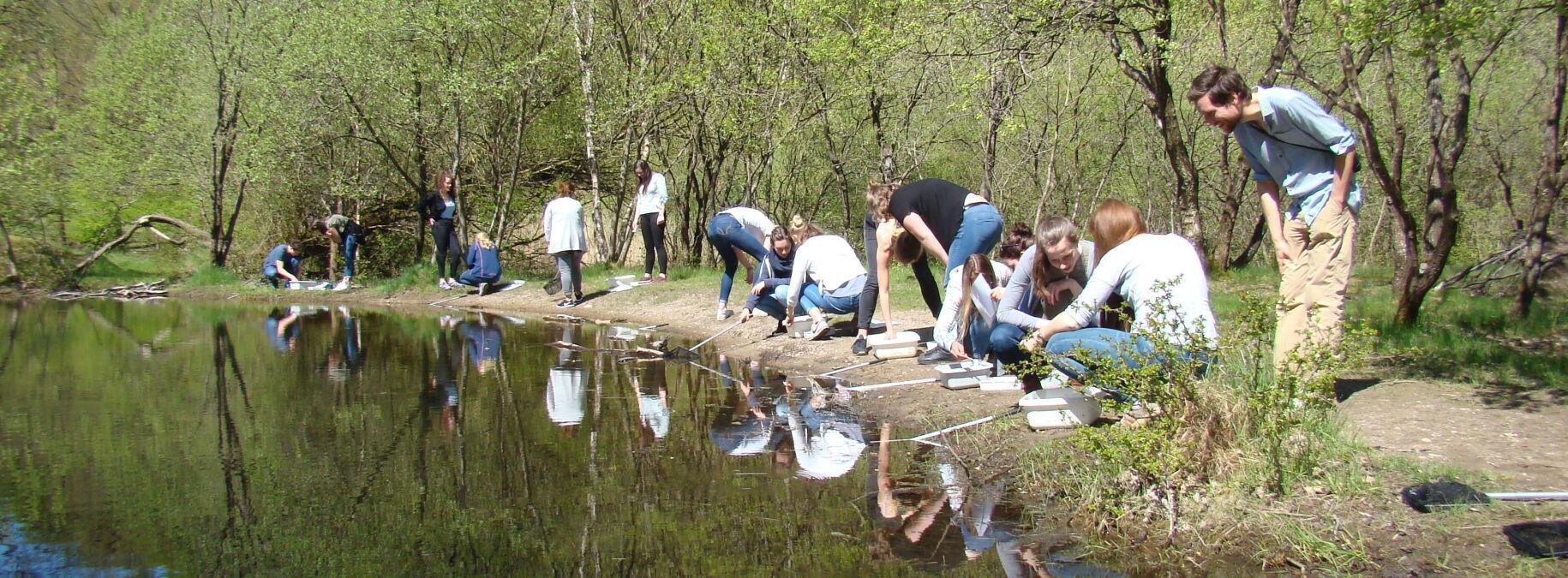 Studierende der Europa-Universität Flensburg zu Besuch in der Naturschule Fröruper Wald