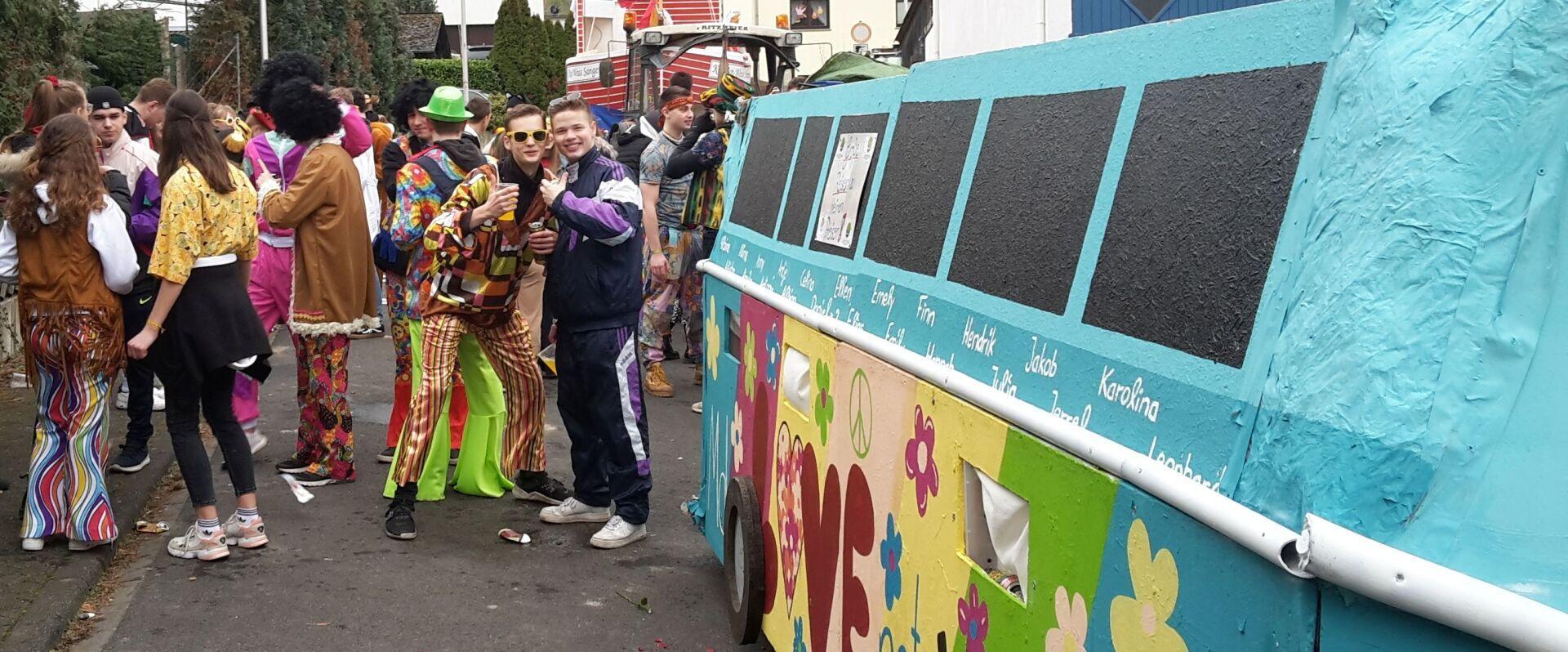der JBS-Karnevalswagen, gebaut von Schüler*innen