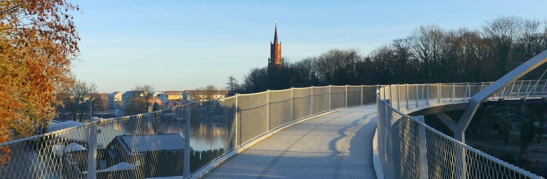 Weinbergbrücke mit Blick auf die Sankt Marien Andreas-Kirche (c) Stefan Nitsche